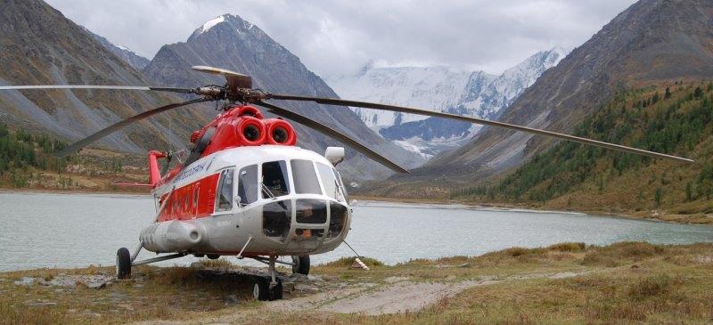 Вертолёт у подножия Белухи